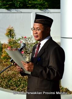 Drs. H. Sumarlan sebagai Inspektur Upacara
