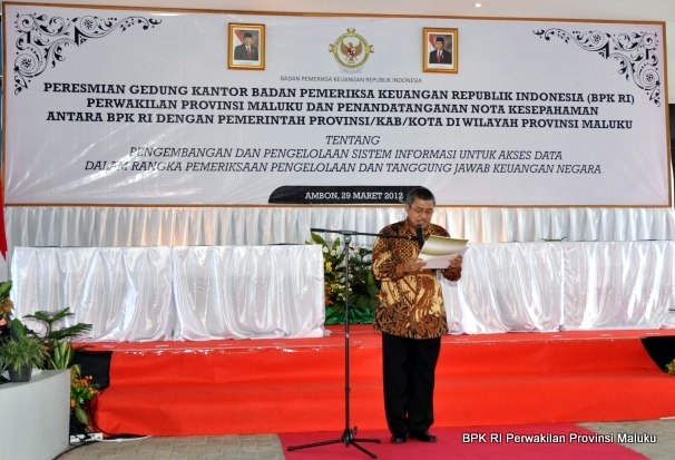 Kepala Perwakilan BPK RI Provinsi Maluku, Drs. Darwin Wibawa, M.M., membacakan laporan pelaksanaan penandatanganan MoU E-Audit dan peresmian kantor