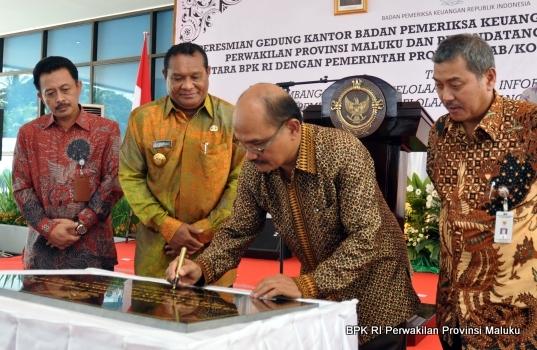Penandatanganan Prasasti oleh Wakil Ketua BPK RI