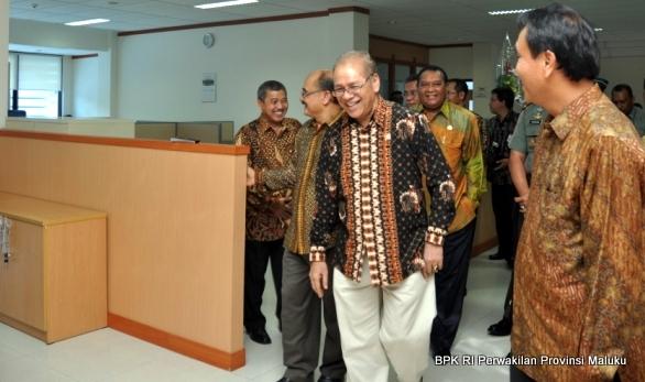 Wakil Ketua BPK RI, Hasan Bisri, S.E., M.M. dan Gubernur Maluku beserta tamu lainnya meninjau beberapa ruangan kerja di Kantor BPK RI Perwakilan Provinsi Maluku