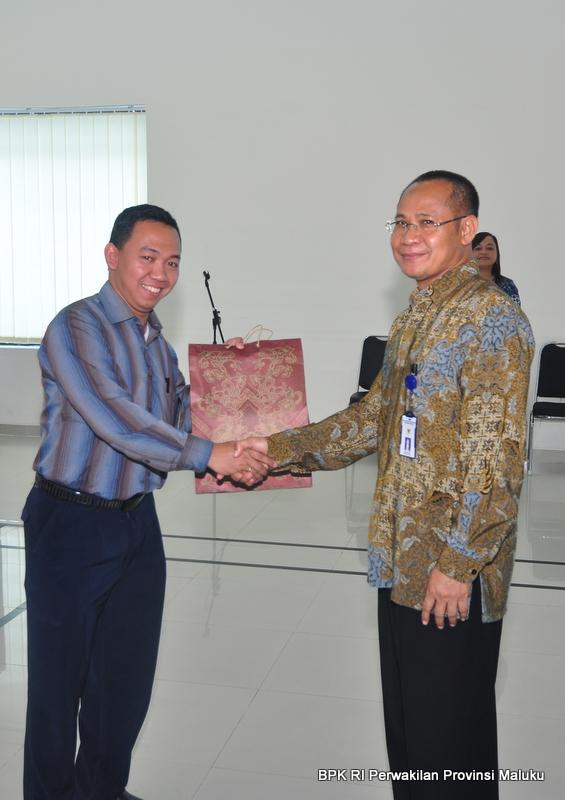 Drs Sumarlan mengucapkan selamat kepada Bpk. Gunawan Firmanto atas kepindahannya ke Perwakilan DKI