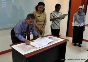 Penandatanganan LHP oleh Kepala Perwakilan BPK RI Provinsi Maluku disaksikan oleh Sekretaris Daerah Provinsi Maluku Ibu Ros Far-Far sebelum penyerahan
