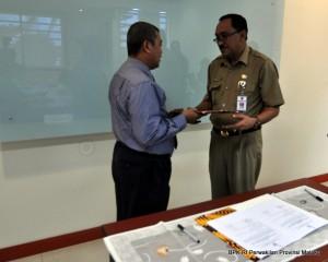 Penyerahan LHP oleh Kepala Perwakilan BPK RI Provinsi Maluku kepada Inspektur Provinsi Maluku Drs. R. E. Manuhutu