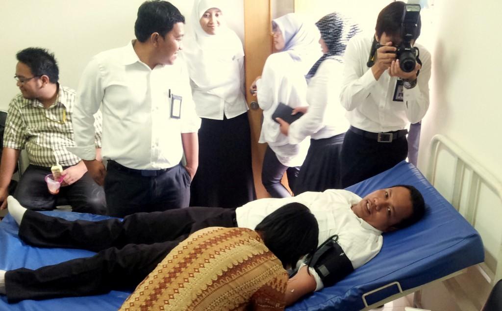 Suasana donor darah saat sdr. Martahan Parlindungan diambil darahnya