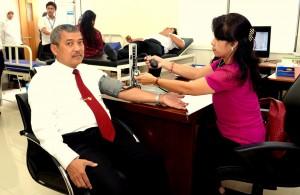 Drs. Darwin Wibawa mengukur tekanan darah sebelum mendonorkan darah