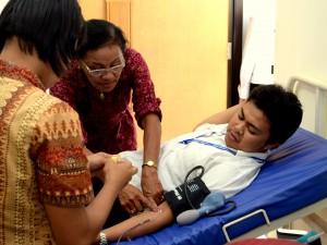 Proses pengambilan darah Sdr. Fuad Ibnu Hasan