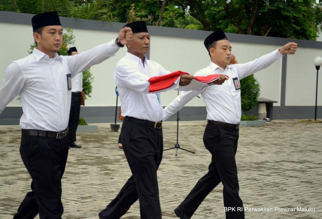 Sebagai Petugas Pengibar Bendera, dari kiri ke kanan, Saudara Yusef Wahyuni, Bapak Abdi Mahu dan Saudara Andi Erwin.