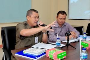 Kepala Perwakilan  BPK RI Provinsi Maluku, Bapak Drs. Darwin Wibawa., M.M didampingi Bapak I Gde Agus Ambarana Memberikan penjelasan kepada Anggota DPRD Pem Kab. MBD
