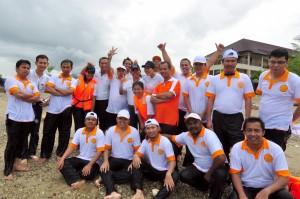 Tim BPK RI Provinsi Maluku dan Tim Hotel Aston Natsepa, berfoto bersama seusai melakukan lomba dayung.