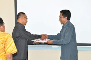 Kepala Sekretariat Perwakilan Drs. Sumarlan, M.Si menyerahkan LHP kepada Ketua DPRD Kota Ambon Reinhard Toumahuw