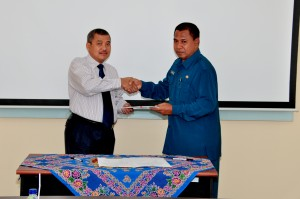 Kepala Perwakilan BPK RI Provinsi Maluku, Bapak Drs.Darwin Wibawa.M.M. menyerahkan LHP kepada Plt. SekDa PemKab Maluku Tengah Bapak Ibrahim Umarella