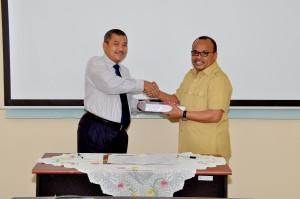 Kepala Perwakilan BPK RI Provinsi Maluku, Bapak Drs.Darwin Wibawa.M.M. menyerahkan LHP kepada Ketua DPRD PemKab Buru Selatan Bapak Ir. Zainudin Booy, M.M.