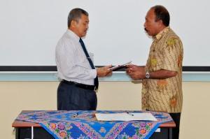 Kepala Perwakilan BPK RI Provinsi Maluku, Bapak Drs.Darwin Wibawa.M.M. menyerahkan LHP kepada Inspektur PemKab Maluku Tengah Bapak Riyad Ipaenin