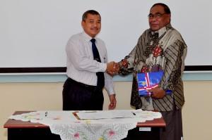 Kepala Perwakilan BPK RI Provinsi Maluku, Bapak Drs.Darwin Wibawa.M.M. menyerahkan LHP kepada Plt. SekDa PemKab Buru Selatan Bapak. Mahmud Souwakil, S.H.,M.H,