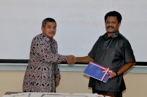 Kepala Perwakilan menyerahkan Laporan Hasil Pemeriksaan Kepada Ketua DPRD Kabupaten Masohi