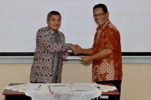 Kepala Perwakilan menyerahkan Laporan Hasil Pemeriksaan Kepada Wakil Bupati Maluku Tengah