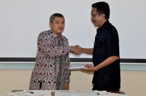 Kepala Perwakilan menyerahkan Laporan Hasil Pemeriksaan Kepada Ketua DPRD Kota Ambon