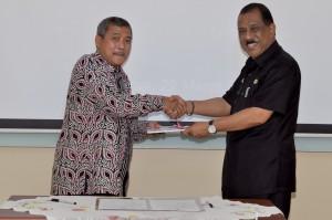 Kepala Perwakilan menyerahkan Laporan Hasil Pemeriksaan Kepada Walikota Ambon