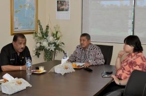 Kepala Perwakilan menyerahkan dan Kepala Sub Auditorat berbincang-bincang tentang Laporan Hasil Pemeriksaan bersama Walikota Ambon