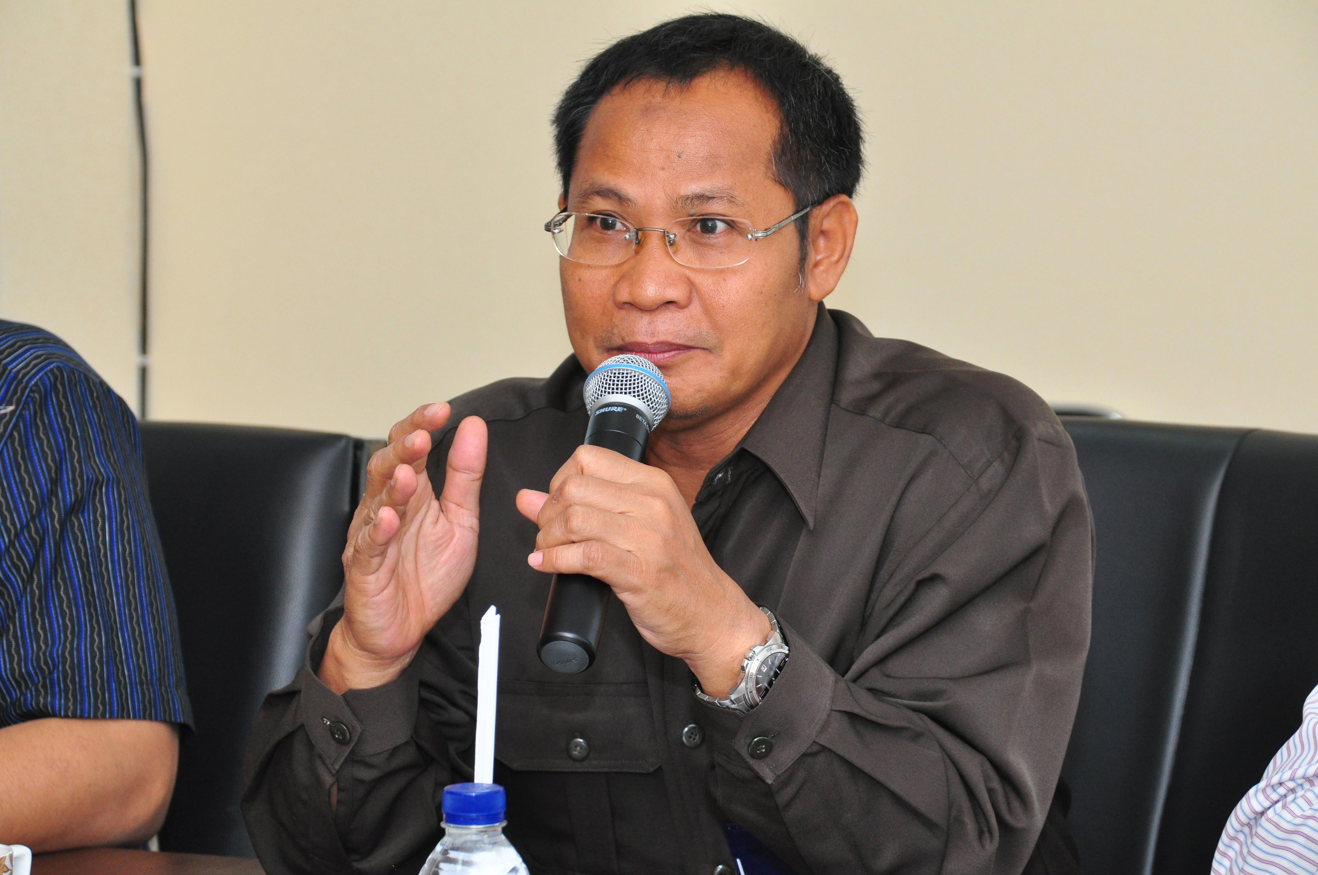 Kepala Sekretariat Perwakilan Bapak Drs. Sumarlan M.Si, memberikan jawaban atas pertanyaan Anggota Badan Anggaran DPRD Provinsi Maluku
