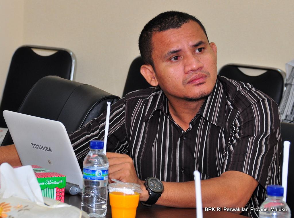 Staf Ahli PAP DPD RI, Almudatsir Sangadji, memperhatikan paparan dan membuat catatan diskusi