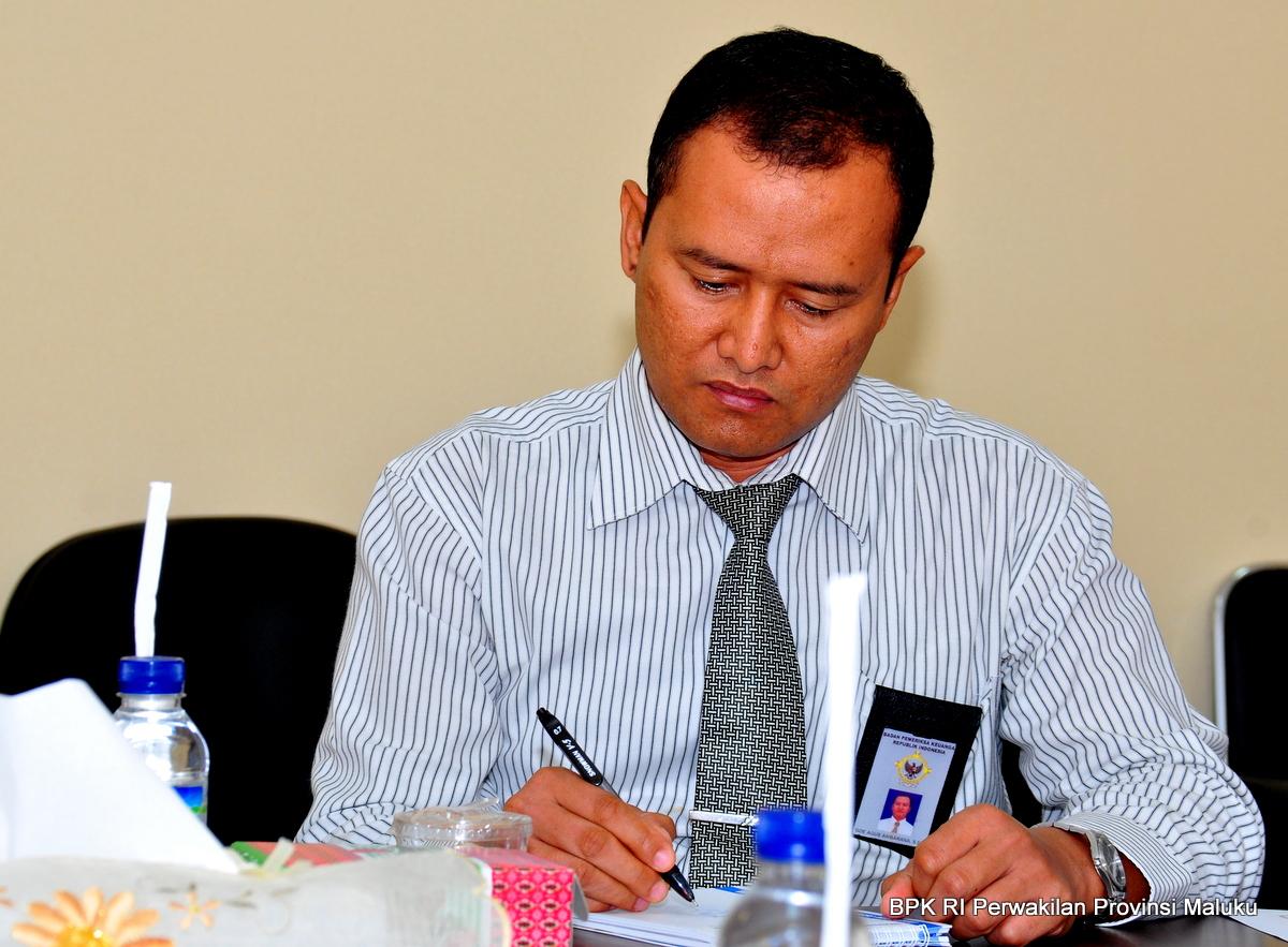 Ketua Tim Senior, I Gde Agus Ambarana, S.E., Ak membuat catatan atas diskusi