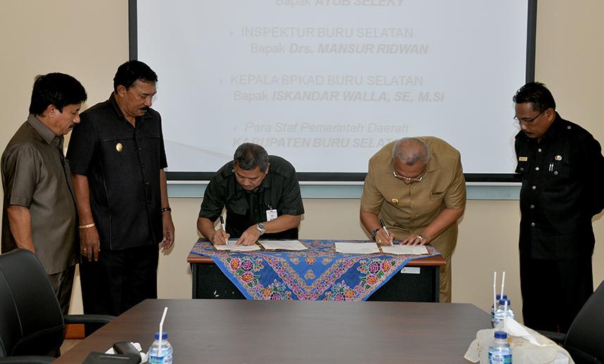 Penandatanganan Juknis E-Audit, oleh Kepala Perwakilan BPK RI Provinsi Maluku Darwin Wibawa dengan Bupati Buru Selatan Tagop Sudarsono Saoulisa