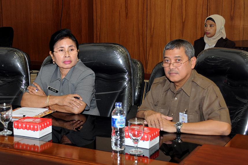 Kepala Perwakilan BPK RI Provinsi Maluku Darwin Wibawa (kanan)  bersama Sekretaris Daerah Provinsi Maluku Ros Far Far(kiri).