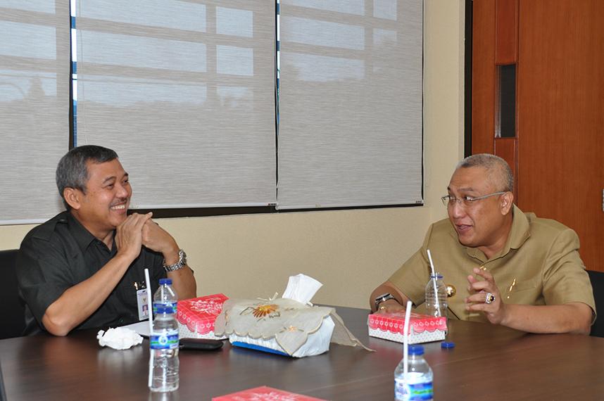 Kepala Perwakilan, Darwin Wibawa menerima Bupati Buru Selatan Tagop Sudarsono Saoulisa di ruang kerja Kepala Perwakilan