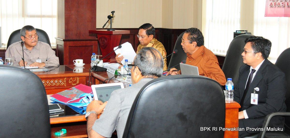 Kepala Perwakilan BPK RI Provinsi Maluku, Drs. Darwin Wibawa, M.M., menerima pertanyaan dari Ketua Tim III Komisi IV DPD RI, Prof. Dr. Jhon Pieris, SH., MS terkait hasil pemeriksaan BPK RI