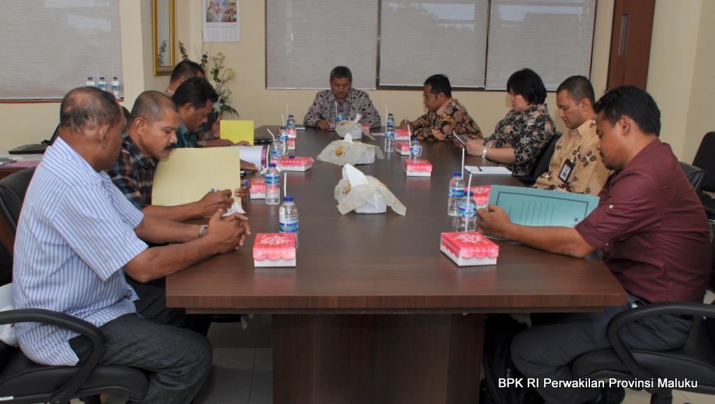 Kepala Kantor Perwakilan BPK RI Provinsi Maluku, Drs Darwin Wibawa,MM memberikan sambutan  Pada acara penyerahan Laporan Hasil Pemeriksaan