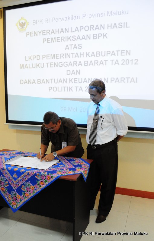 Kepala Perwakilan, Drs Darwin Wibawa Menandatangani Berita Acara Penyerahan Laporan Hasil Pemeriksaan disaksikan Ketua DPRD Kabupaten Maluku Tenggara Barat, Sonny Lobloby