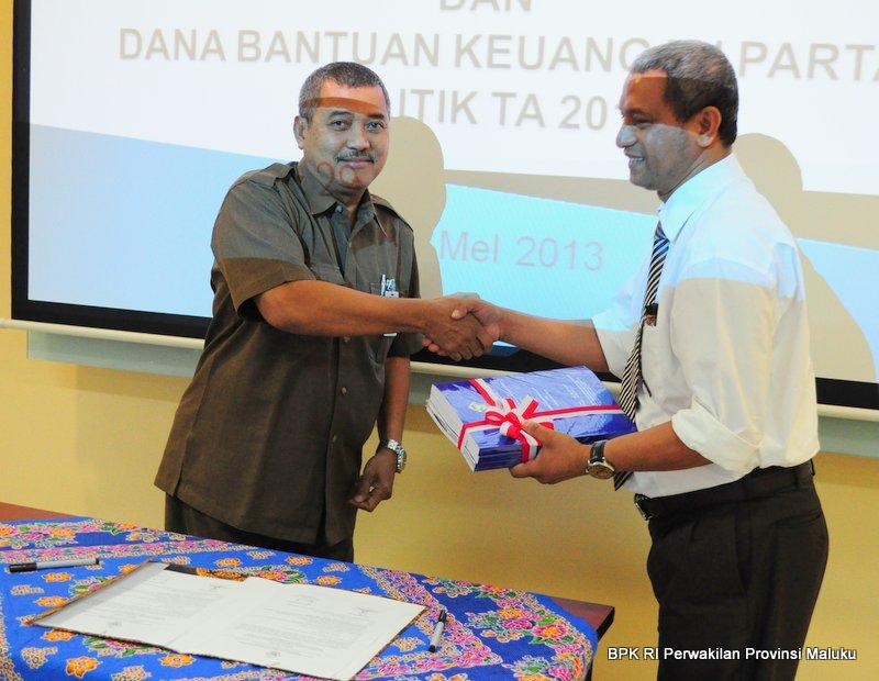 Kepala Perwakilan Drs.Darwin Wibawa.M.M menyerahkan Laporan Hasil Pemeriksaan kepada Ketua DPRD Maluku Tenggara Barat Sonny Lobloby