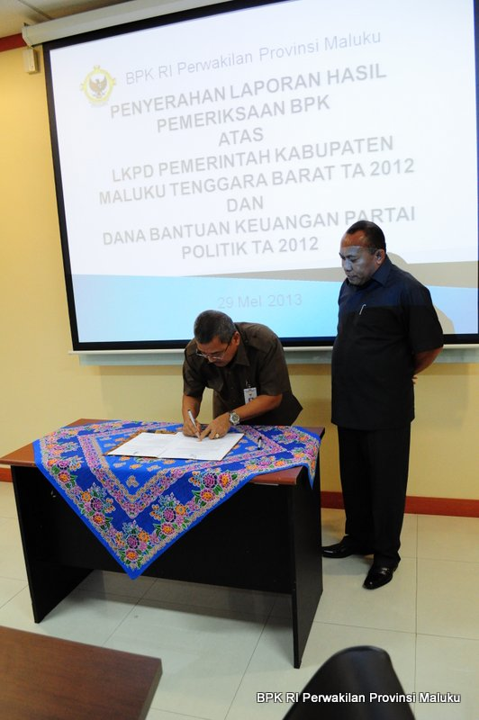 Penyerahan Laporan Hasil Pemeriksaan kepada Inspektur Pemerintah Kabupaten Maluku Tenggara Barat