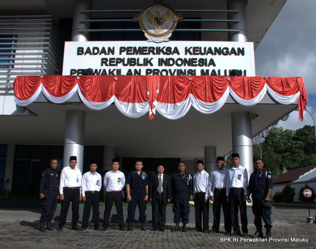 Foto bersama Plt. Kalan BPK RI Perwakilan Provinsi Maluku dengan Petugas Keamanan dan Pengemudi