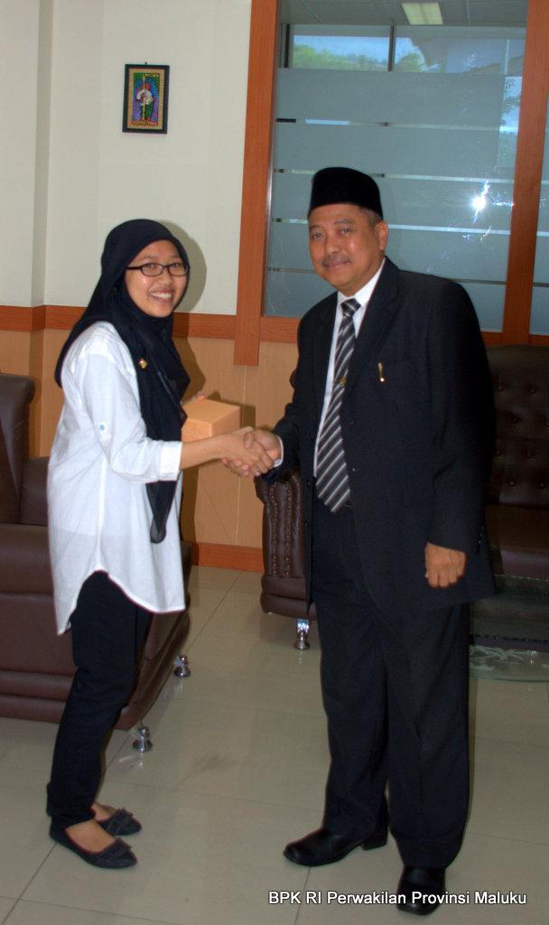 Pegawai Sub Bagian Sekretariat Perwakilan, Sitti Rasdiana bersalaman dengan Plt. Kepala Perwakilan, Drs Darwin Wibawa, M.M., untuk berpamitan karena dimutasi ke Perwakilan BPK RI Provinsi Sulawesi Selatan