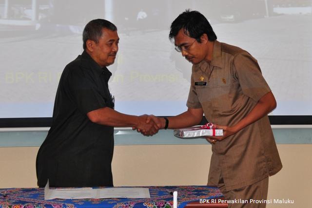 Kepala Perwakilan, Drs Darwin Wibawa menyerahkan LHP kepada Ketua DPRD Kabupaten Buru, Ir. Maksin Bugis