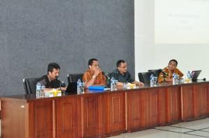 Kepala Biro TI Bapak Rochmadi Saptogiri Bersama Kepala Perwakilan Provinsi Maluku Bapak Novian Herodwijanto Memberikan Pemaparan Mengenai E-Audit