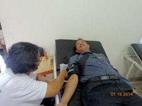 Kepala Sekretariat Perwakilan, Bapak Aan Hayatullah saat mendonorkan darah