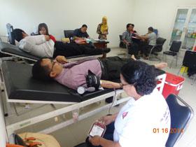 Kepala Perwakilan, Bapak Novian Herodwijanto saat mendonorkan darah