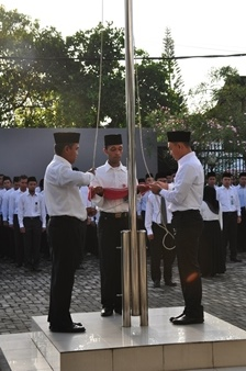 Saudara Leonardo P. Kakisina, Andi Erwin dan Wilhelem Rikumahu Bertugas Mengibarkan Bendera Merah Putih