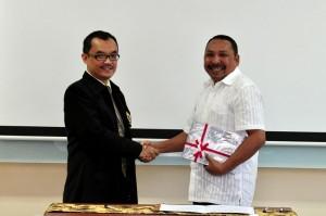 Kepala Perwakilan Menyerahkan LHP Kepada Ketua DPRD Kab. SBB