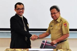 Kepala Perwakilan Menyerahkan LHP Kepada Sekretaris Kota Ambon