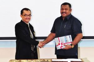Kepala Perwakilan Menyerahkan LHP Kepada Wakil Ketua DPRD Kota Ambon