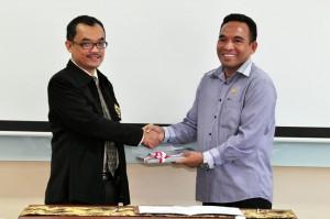 Kepala Perwakilan Menyerahkan LHP Kepada Wakil Ketua DPRD Kota Tual