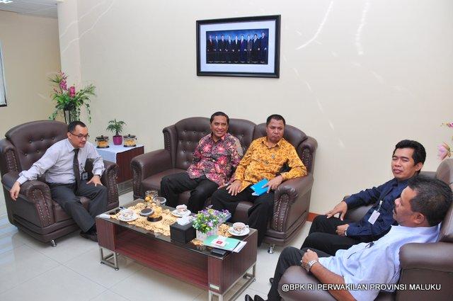Suasana Penyerahan LHP atas LKPD Pemerintah Kabupaten Maluku Tengah di Ruang Kerja Kepala Perwakilan BPK RI Provinsi Maluku