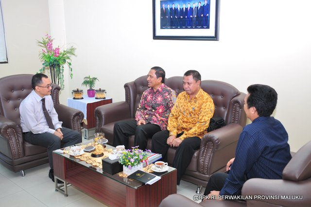 Bapak Novian Herodwijanto (Kiri) berdiskusi terkait hasil pemeriksaan BPK RI terhadap LKPD Maluku Tengah bersama Bupati Maluku Tengah Bapak H. Tuasikal Abua (dua dari kiri) bersama Sekretaris Daerah Bupati Maluku Tengah dan Kepala Sub Auditorat Maluku Bapak Agus Priyono (kanan)