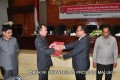 Penyerahan LHP BPK RI Kepada Gubernur  Maluku Bapak Said Assagaf oleh Tortama KN VI Bapak Sjafrudin Mosii (kanan)
