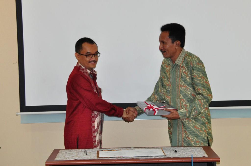 Penyerahan LHP atas LKPD Kota Ambon Tahun Anggaran 2013 Kepada  Ketua DPRD Kota Ambon