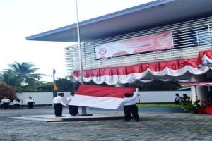 Petugas Upacara Mengibarkan Bendera Merah Putih Pada Upacara HUT RI ke-70